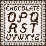 Un ensemble de lettres latines majuscules faites de crème de chocolat La police est isolée par un fond dans un cadre de dentelle  illustration libre de droits