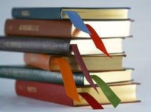 Un ensemble de livres attachés en cuir avec des signets Images libres de droits