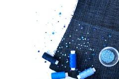 Un ensemble de matériaux pour la couture dans la couleur bleue Images stock
