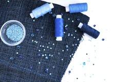 Un ensemble de matériaux pour la couture dans la couleur bleue Image stock