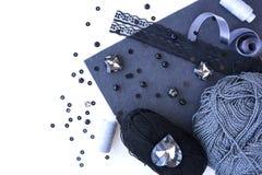 Un ensemble de matériaux pour la couture dans la couleur grise image libre de droits