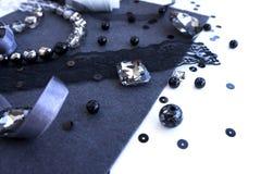 Un ensemble de matériaux pour la couture dans la couleur grise violette Images libres de droits