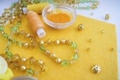 Un ensemble de matériaux pour la couture dans la couleur jaune photographie stock
