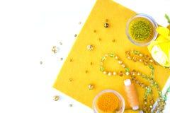 Un ensemble de matériaux pour la couture dans la couleur jaune photographie stock libre de droits