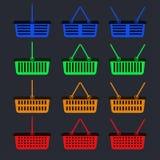 Un ensemble de paniers multicolores pour le magasin avec une position différente des poignées photographie stock