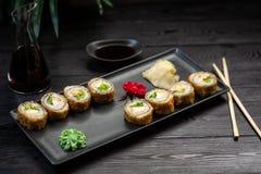 un ensemble de petits pains avec du fromage et des herbes d'un plat noir sur un fond en bois noir photographie stock libre de droits