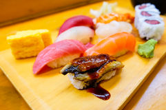 Un ensemble de plateau frais de sushi Photo stock