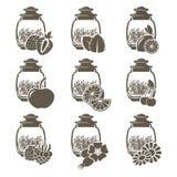Un ensemble de 9 pots en verre de thé de poids avec différentes saveurs des fruits et des herbes photos stock