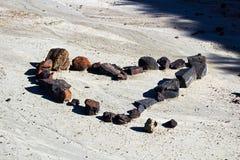 Un ensemble de roches sous forme de coeur dans la boue sèche Images libres de droits