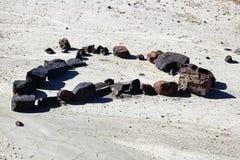 Un ensemble de roches sous forme de coeur dans la boue sèche Photo libre de droits