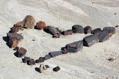 Un ensemble de roches sous forme de coeur dans la boue sèche Image libre de droits