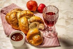 Un ensemble de table pour Shabbat avec du pain de pain du sabbat, vin, fruit, miel Pâtisseries juives Configuration plate photos libres de droits