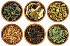 Un ensemble de thé de fines herbes sec d'isolement sur le blanc Image libre de droits