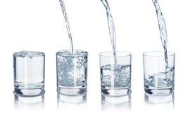 Un ensemble de verres avec de l'eau sur Photo stock