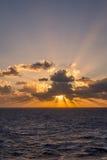 Un ensemble dramatique de nuages dérivant au-dessus des eaux tropicales de la mer des Caraïbes sont allumés par les derniers mome Images libres de droits