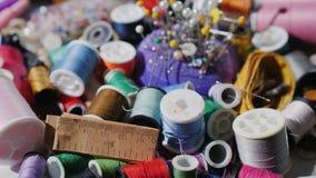 Un ensemble pour la couture et la couture Les fils, les aiguilles et les goupilles tournent lentement Images libres de droits