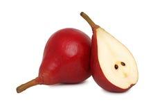 Un entier et demi poires rouges (d'isolement) Image stock
