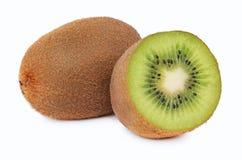 Un entier et un demi kiwi mûr (d'isolement) Images stock