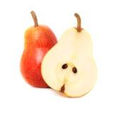 Un entier et une demi poire mûre (d'isolement) Photos libres de droits