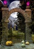 Un'entrata di un cimitero terrificante in pieno delle zucche di Halloween nel pavimento fotografia stock