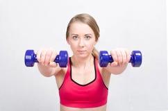 Un entrenamiento de la mujer con pesas de gimnasia Fotografía de archivo