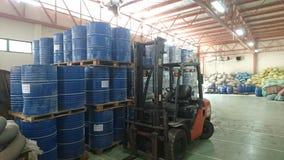 Un entrepôt qui garde les produits chimiques liquides et solides photo stock