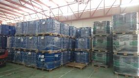 Un entrepôt qui stocke des produits chimiques images libres de droits