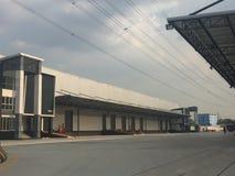 Un entrepôt est un bâtiment commercial pour le stockage des marchandises photo libre de droits