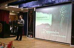 Un entrepreneur sur l'étape dans l'événement de D'APPRENDRE. Image stock