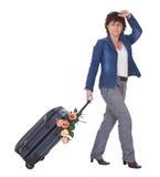 Un equipaje de la explotación agrícola de las hojas de ruta (traveler) de la mujer con las flores Imagenes de archivo