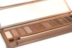 Un equipo cosmético de la paleta de la sombra de ojos marrón clara fotos de archivo