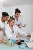 Un equipo de científicos de sexo femenino Imagen de archivo libre de regalías