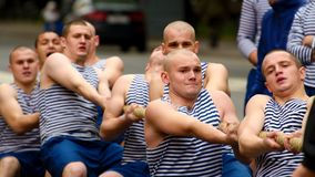 Un equipo de marineros tira de la cuerda Imagen de archivo libre de regalías