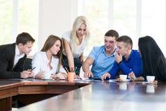 Un equipo de varios hombres de negocios jovenes que discuten ideas Fotografía de archivo libre de regalías