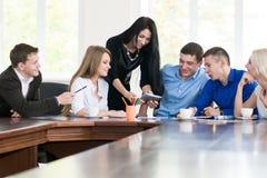 Un equipo de varios hombres de negocios jovenes que discuten ideas Imagen de archivo libre de regalías