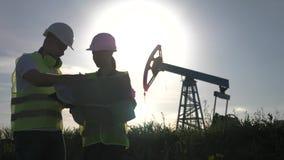 Un equipo dirige la discusión del mantenimiento de un campo de la bomba de aceite Equipo de la ingenier?a que trabaja en refiner? almacen de metraje de vídeo
