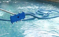 Un equipo más limpio para la piscina de limpieza Fotografía de archivo