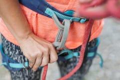Un escalador hace punto un nudo imagen de archivo libre de regalías