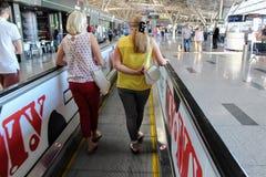 Un escalator horizontal pour les passagers mobiles à l'aéroport international Moscou de Vnukovo - juillet 2017 Photographie stock libre de droits