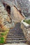 Un escalier antique dans les montagnes, étapes de pierre Image libre de droits