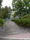 Un escalier avec effiler en haut fait un pas avec les lampes latérales pour s'allumer la nuit amenant au bâtiment d'hôtel photographie stock libre de droits