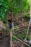 Un escalier menant vers le haut et un touriste Photo libre de droits