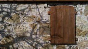 Un escondite misterioso en una pared de piedra Imágenes de archivo libres de regalías