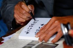 Un escritor chino en el centro histórico del pueblo de Tuanshan Yunnan, China imagen de archivo libre de regalías