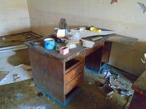 Un escritorio de oficina abandonado viejo Imagenes de archivo