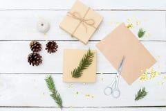 Un escritorio para preparar los regalos de Navidad y todo necesarios imagen de archivo libre de regalías