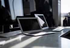 Un escritorio por completo de los productos de Apple Computer imágenes de archivo libres de regalías