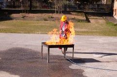 Un esercizio di lotta contro l'incendio delle fiamme Immagini Stock