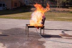 Un esercizio di lotta contro l'incendio delle fiamme Immagine Stock Libera da Diritti