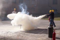 Un esercizio di lotta contro l'incendio delle fiamme Immagine Stock